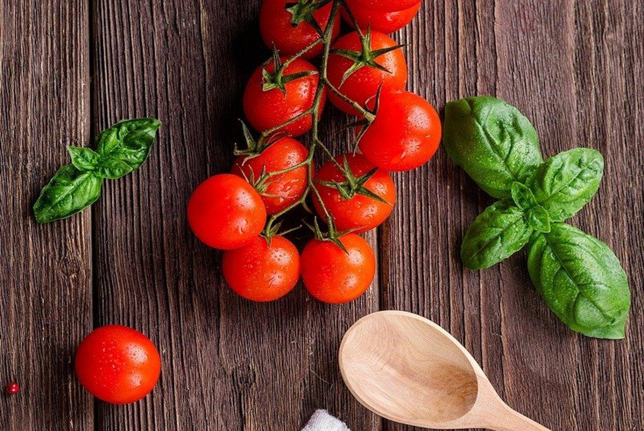 Tomaten, Basilikum frisch und Kochlöffel