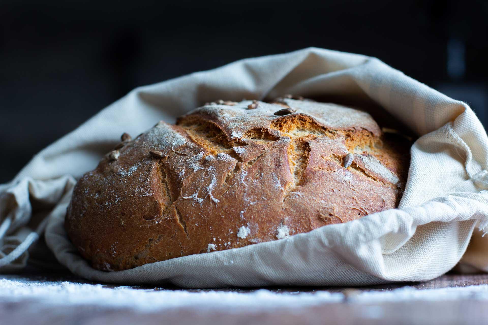Frisches Brot mit Dunklem Hintergrund