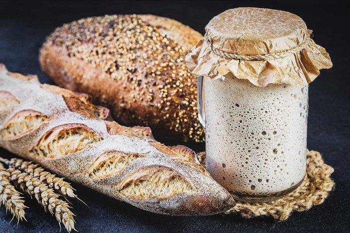 Sauerteig mit Brot und Baguette