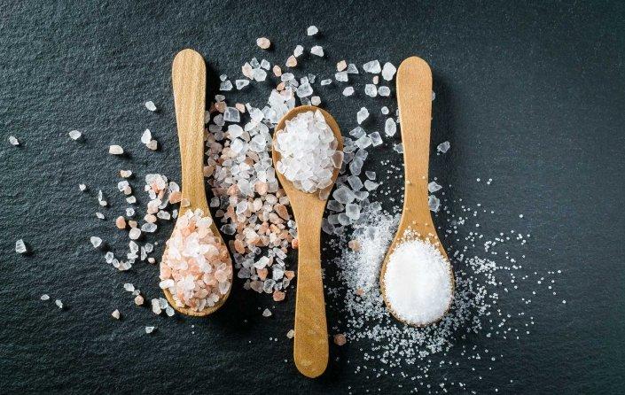 Salz auf Löffeln