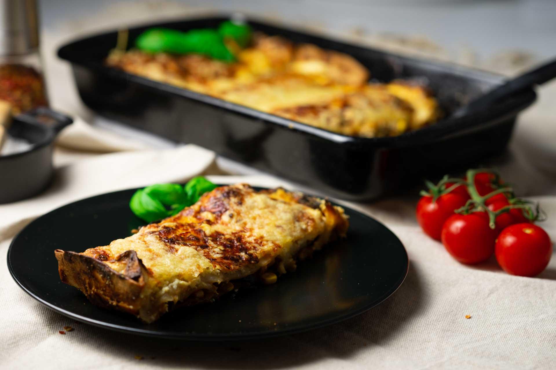 Enchiladas auf Teller und in einer Auflaufform