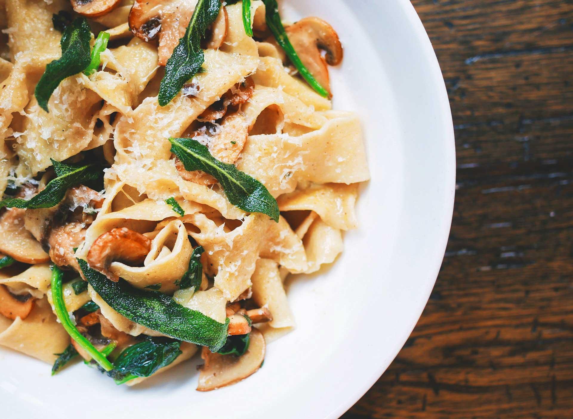 Pasta mit Pilzen und Blattspinat