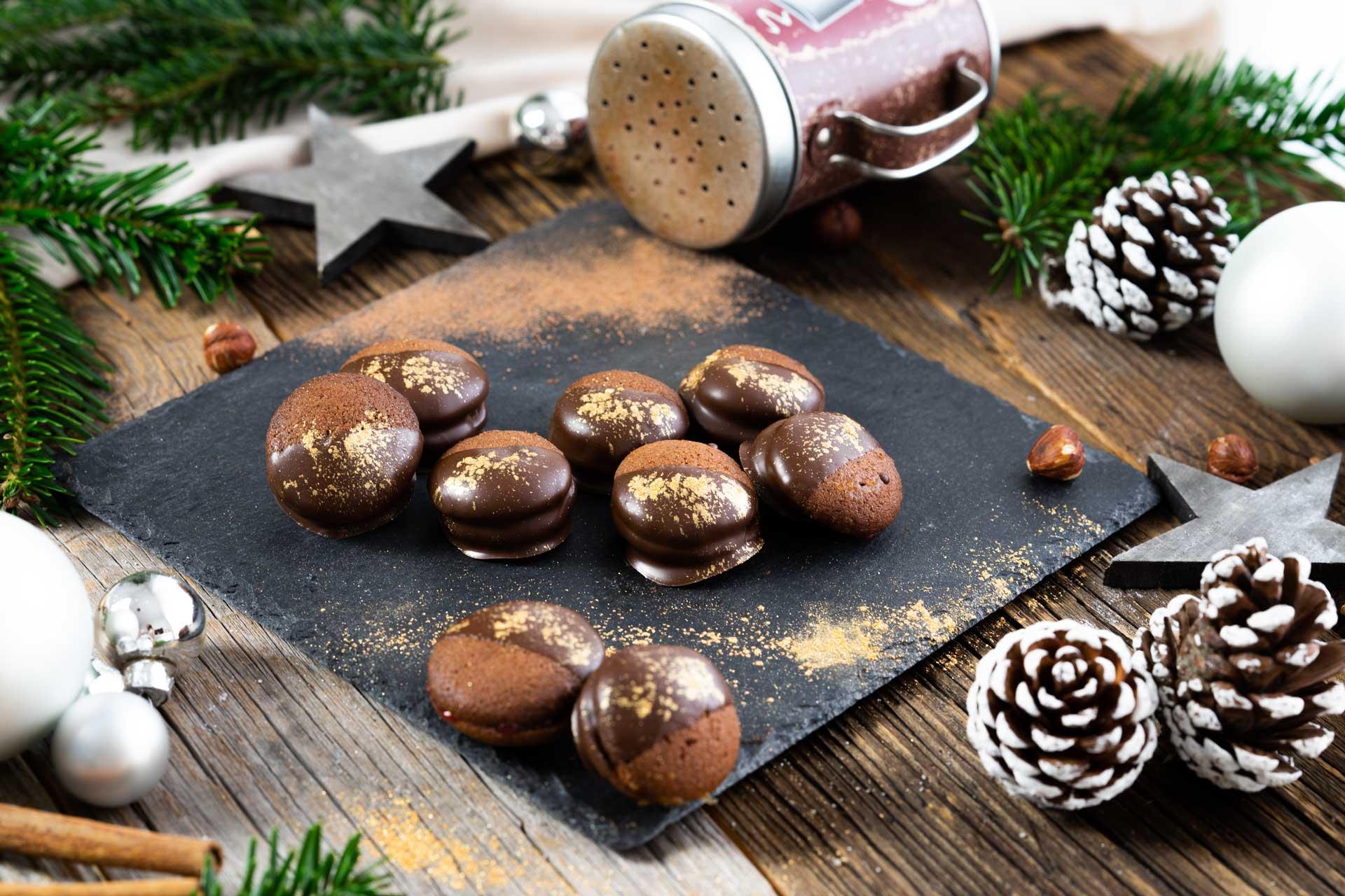 Schokolade Kekse in Schokolade getaucht, weihnachtlicher Hintergrund