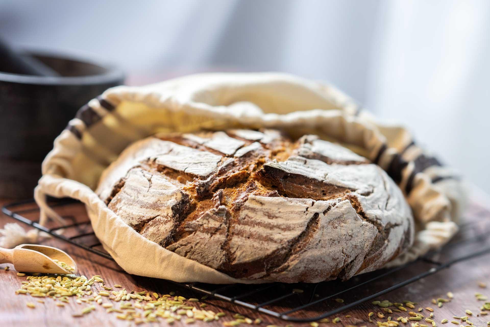 Brot mit schöner Kruste im Brotsack