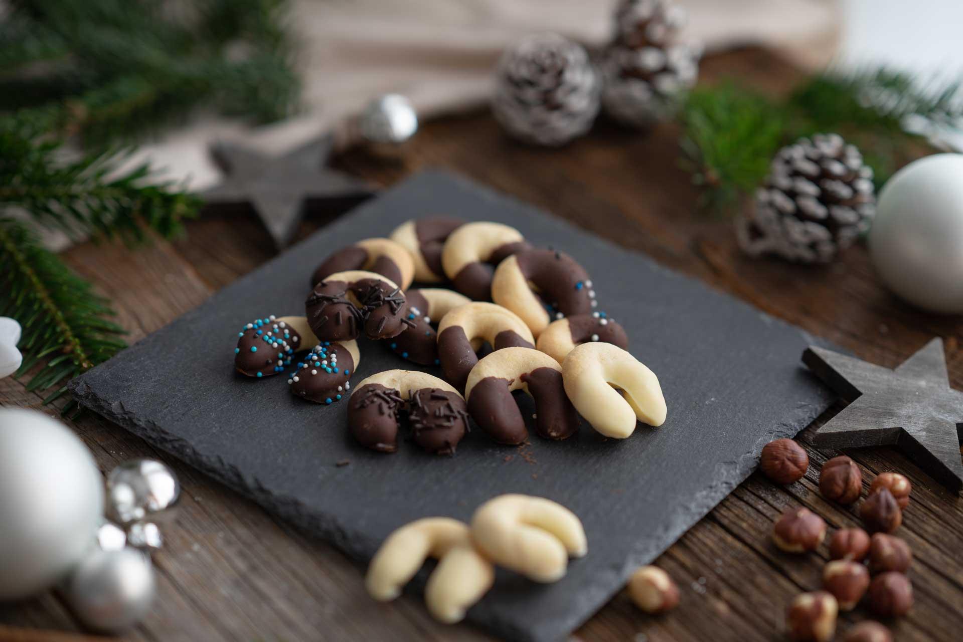 Kipferl in Schokolade getaucht, weihnachtlich dekoriert