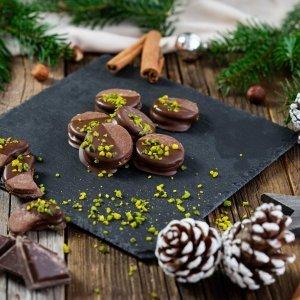 Schokokekse Talerförmig, weihnachtlicher Hintergrund